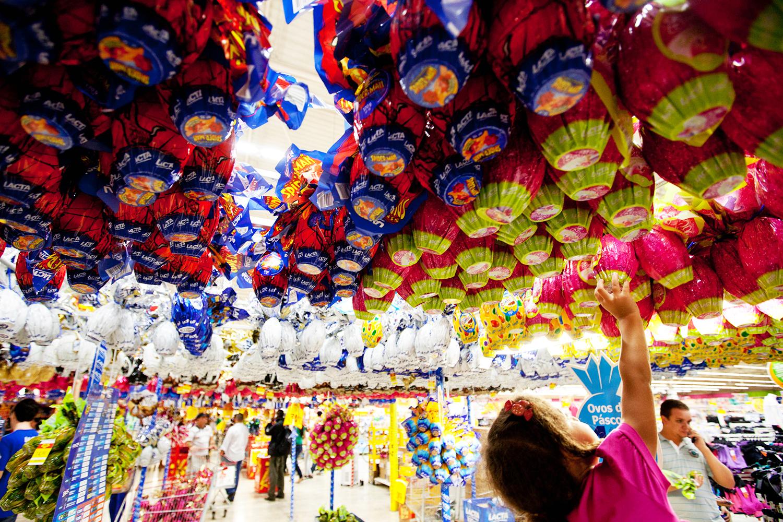SÃO PAULO, SP, BRASIL, 05-04-2012: Consumidores compram ovos de Páscoa no supermercado Extra, em São Paulo. A rede espera ter um crescimento de 15% nas vendas no ano de 2012. (Foto: Sérgio Carvalho/Folhapress)