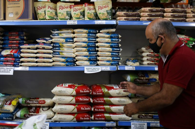 Consumidor faz compras em supermercado do Rio de Janeiro 10/09/2020 REUTERS/Pilar Olivares